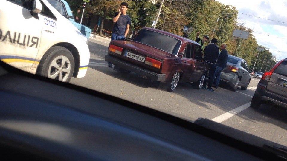 На проспекті Науки не роз'їхалися легкові авто  - фото 2