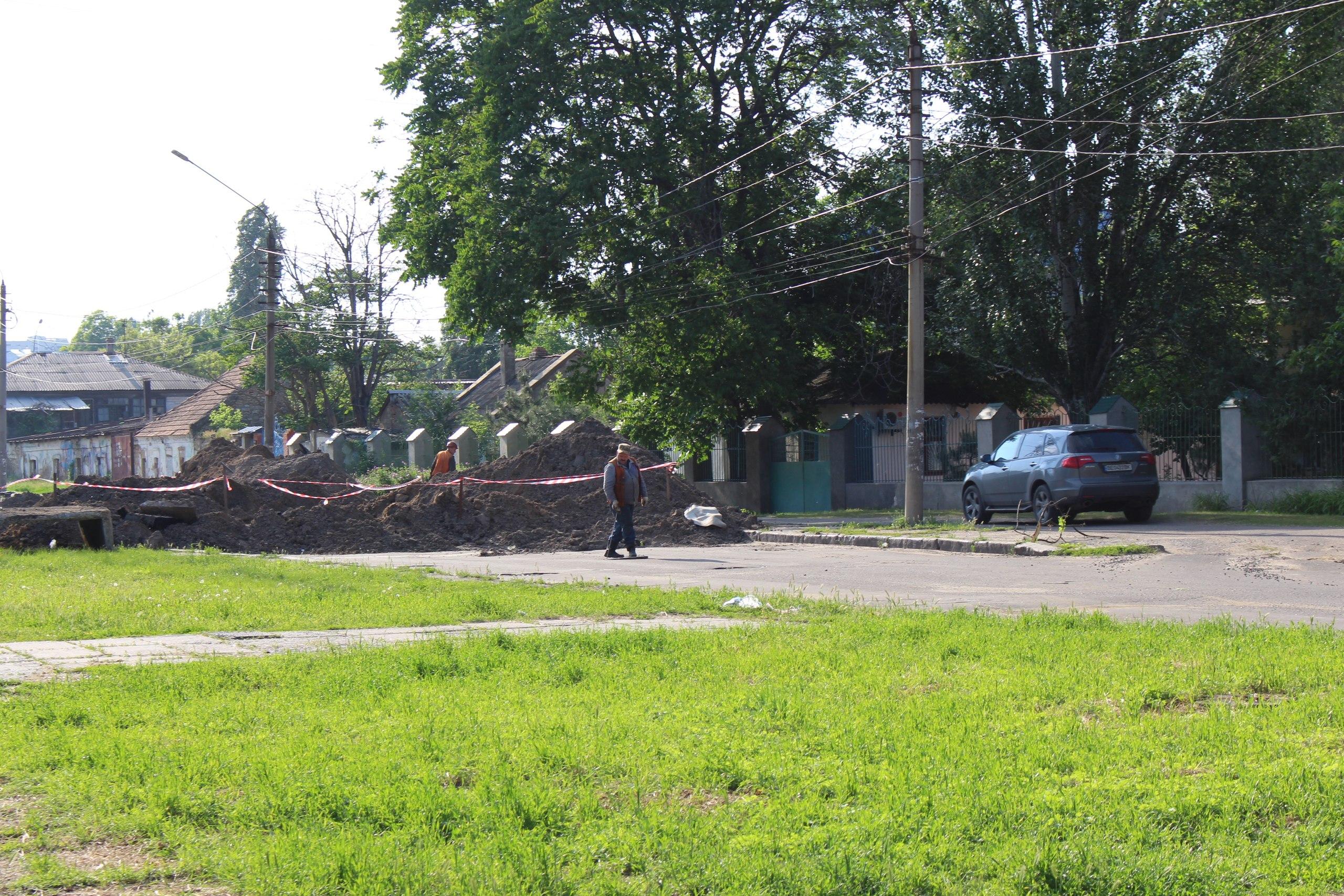 У Миколаєві маршрутки об'їжджають перериту дорогу тротуаром