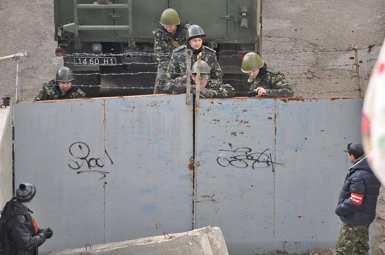Хроніки окупації Криму: українські військові вже готові стріляти в окупантів - фото 16
