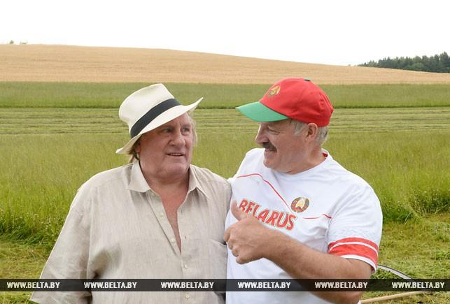 Як Лукашенко примусив Депардьє косити траву і дивитися на корів (ФОТО, ВІДЕО) - фото 1