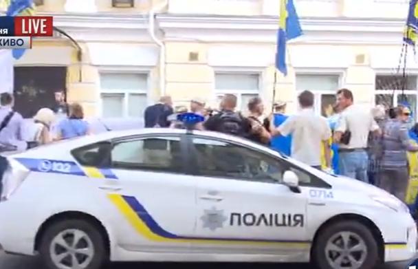 """""""Свободівці"""" пікетують київський суд - фото 2"""