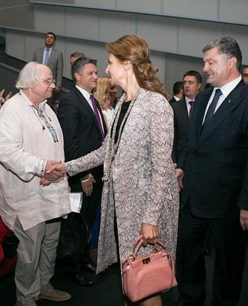 Мокра і з дорогою сумкою: Фотоісторія першої леді Марини Порошенко - фото 4