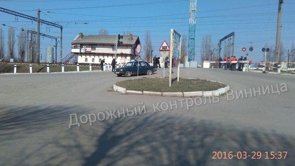 """На Вінниччині зіштовхнулись пасажирський потяг та """"Жигулі"""" - фото 1"""
