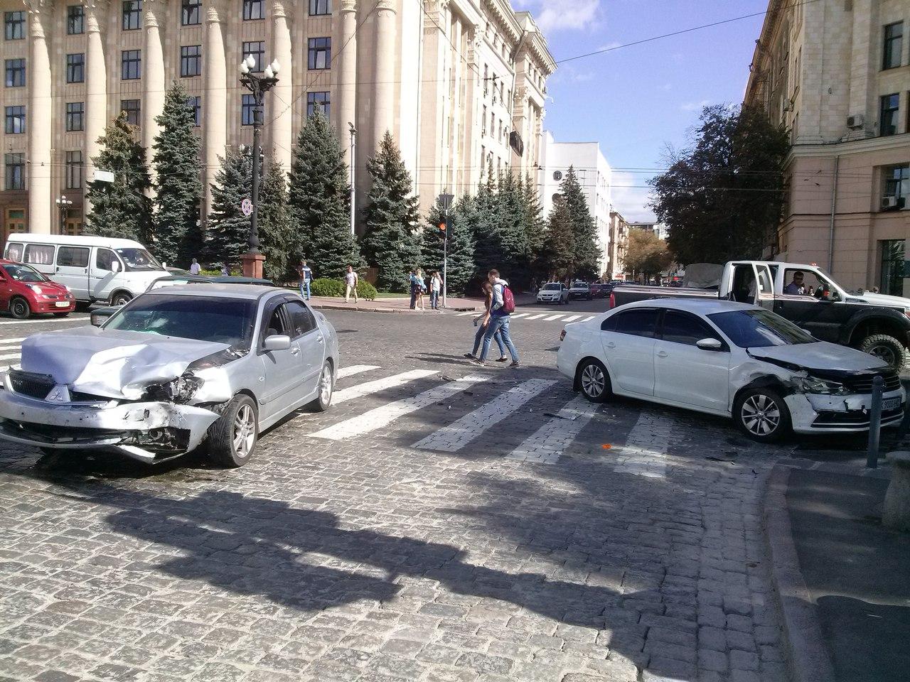 У Харкові перед будівлею ОДА сталася ДТП  - фото 1