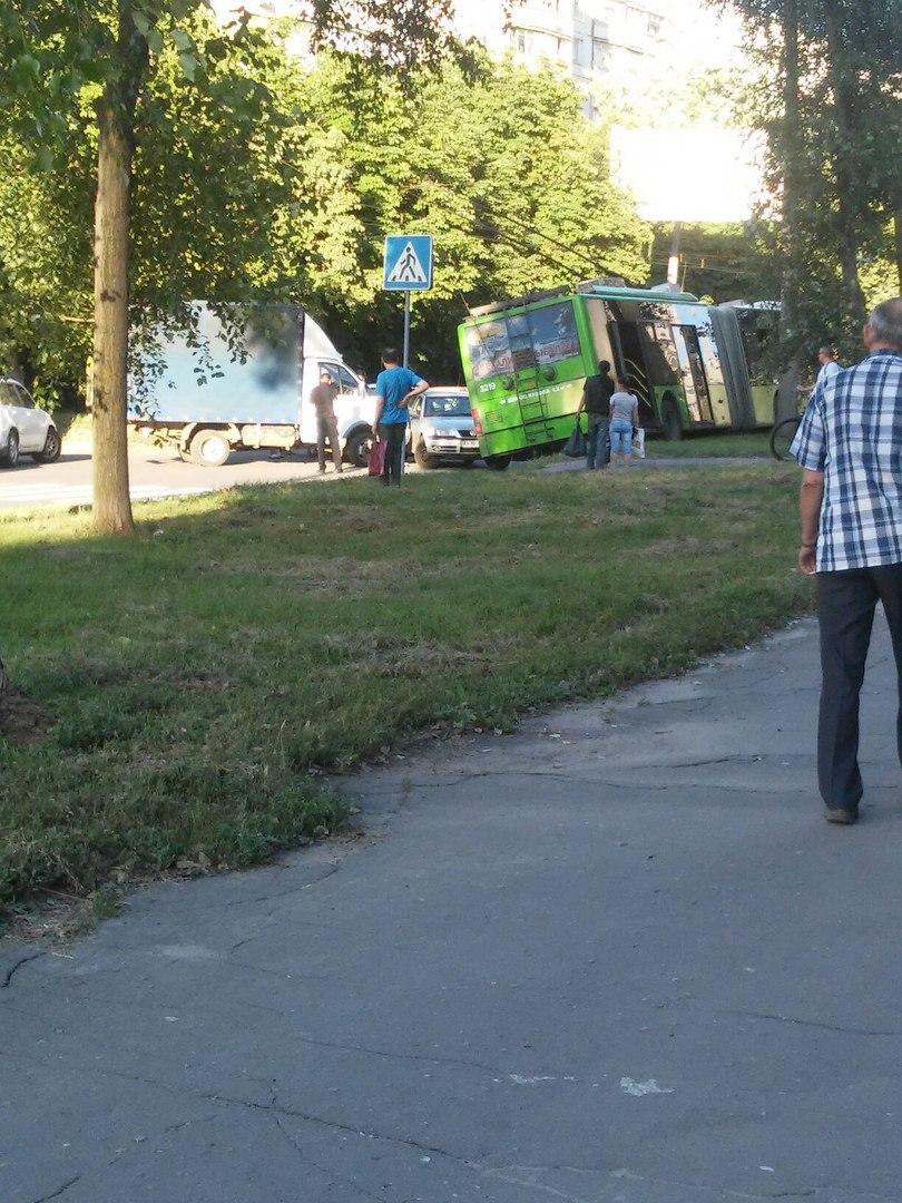 У Харкові внаслідок потрійного ДТП тролейбус вилетів на узбіччя (ВІДЕО, ФОТО)  - фото 3