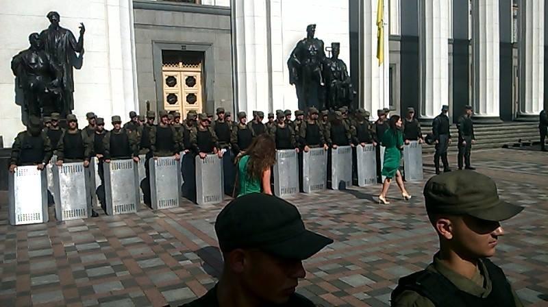 Нацгвардія зі щитами блокує вхід до Ради (ФОТОФАКТ) - фото 1
