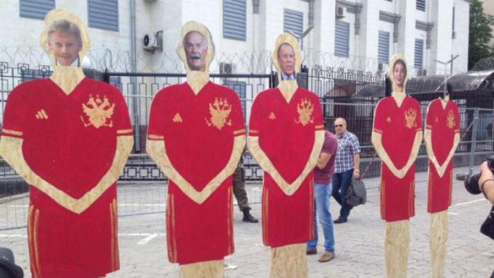 """Активісти """"розтрощили"""" російських політиків - фото 2"""