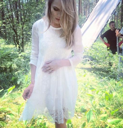 Фреймут у білосніжній сукні засвітила обручку - фото 1