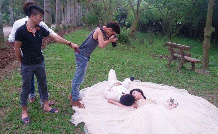 ТОП-8 весільних фотографів, яким доводиться лізти в багнюку і під спідницю - фото 5