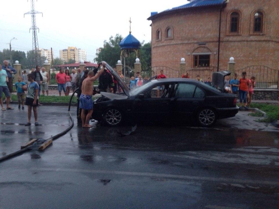 У Вінниці посеред вулиці горів автомобіль - фото 4