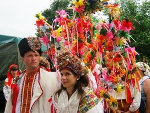 Розцяцьковані дерева, коні замість кортежів і дірки від бубликів: Обряди і традиції гуцульського весілля - фото 5