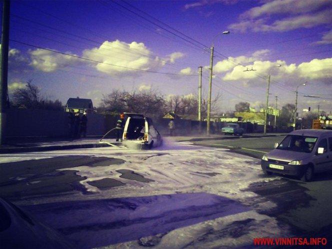У Вінниці посеред дороги спалахнув автомобіль - фото 2