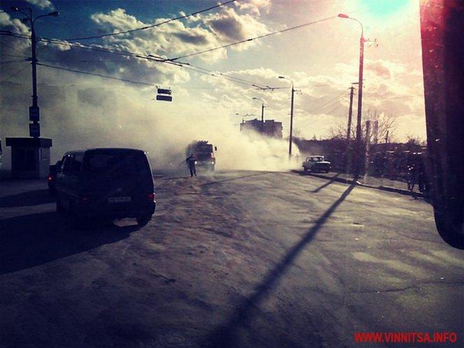 У Вінниці посеред дороги спалахнув автомобіль - фото 1