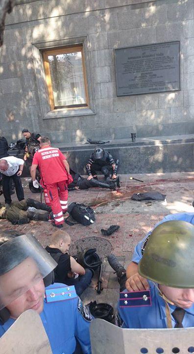 У міліціонерів під Радою кинули бойову гранату (ФОТО) - фото 3