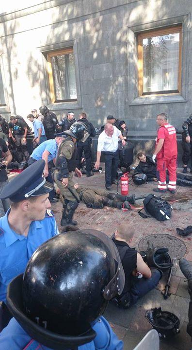 У міліціонерів під Радою кинули бойову гранату (ФОТО) - фото 4