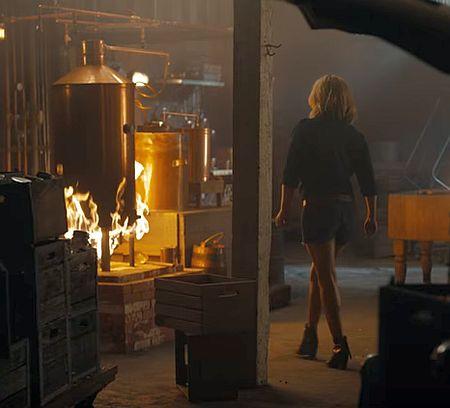 Хайден Пенетьєрі в коротких шортах пристрасно вгризлася в бургер - фото 2