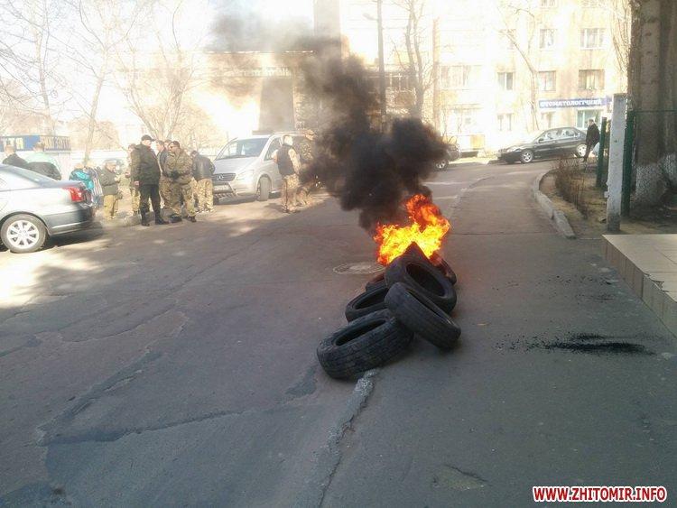 В Житомирі АТОвці палять шини під управлінням Держгеокадастру - фото 1