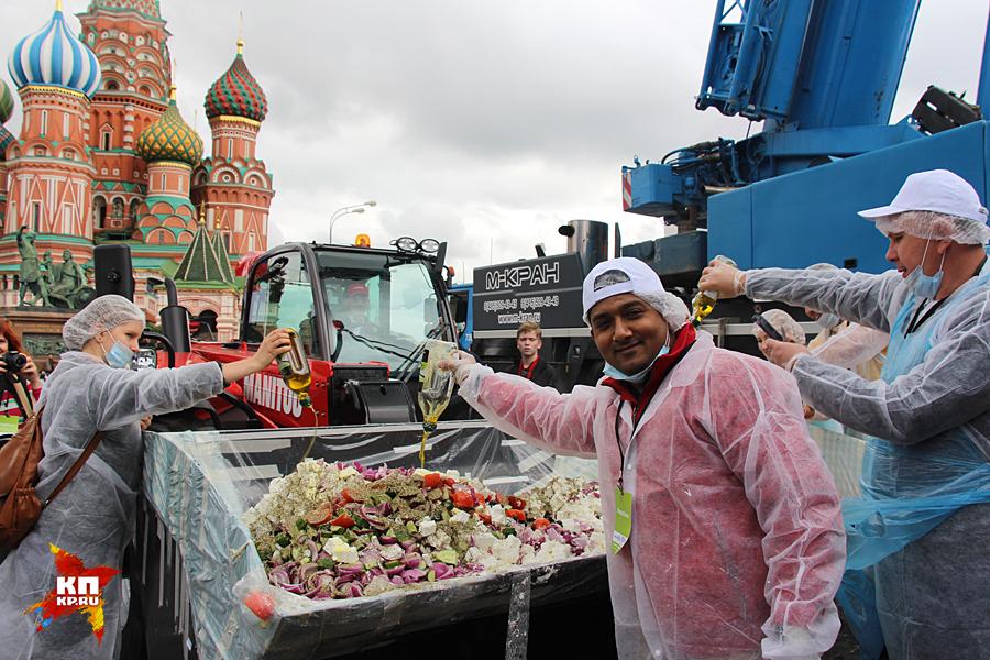 Новий їдлорекорд під Кремлем: Росіян годували грецьким салатом із самоскида  - фото 2