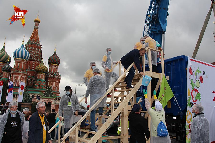 Новий їдлорекорд під Кремлем: Росіян годували грецьким салатом із самоскида  - фото 1