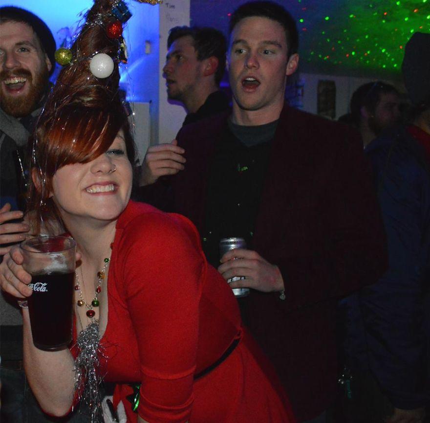 Як дівчина з ялинкою на голові стала зіркою вечірки  - фото 1