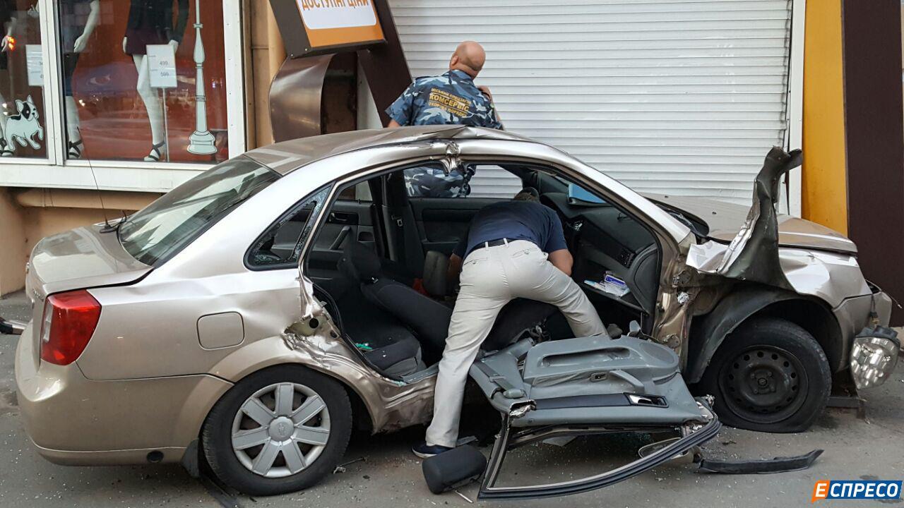 У центрі Києва авто патрульних протаранило таксі. Госпіталізовані троє людей - фото 1