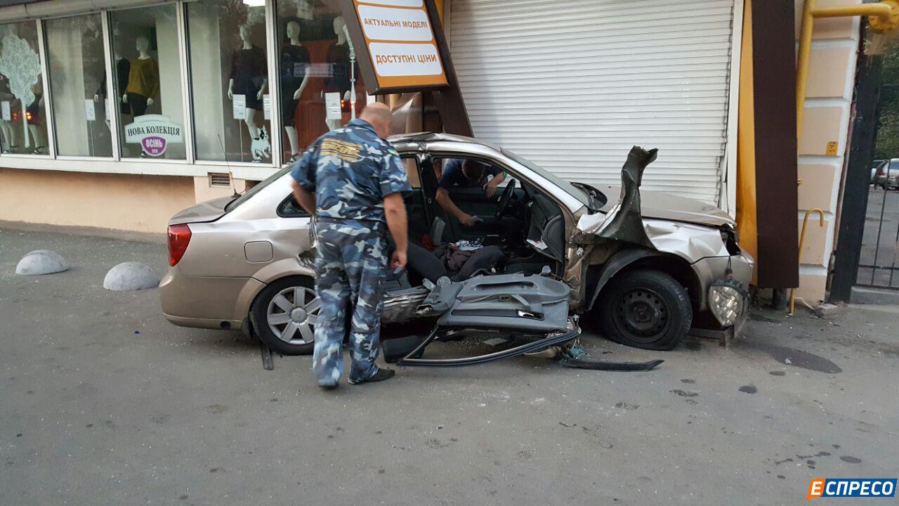 У центрі Києва авто патрульних протаранило таксі. Госпіталізовані троє людей - фото 2