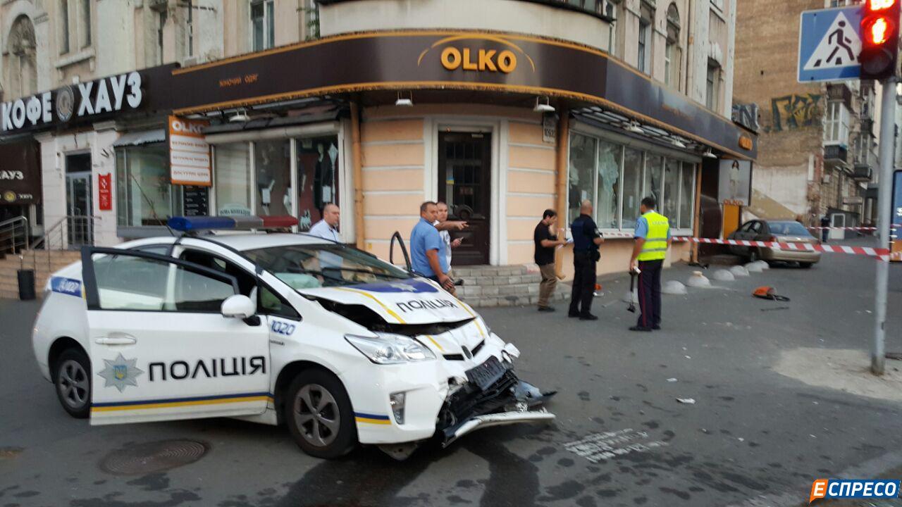 У центрі Києва авто патрульних протаранило таксі. Госпіталізовані троє людей - фото 3