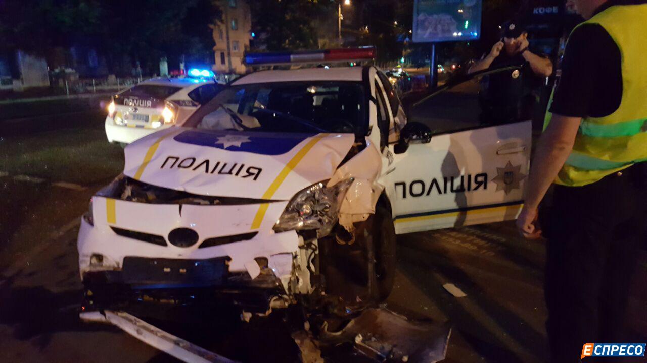 У центрі Києва авто патрульних протаранило таксі. Госпіталізовані троє людей - фото 4