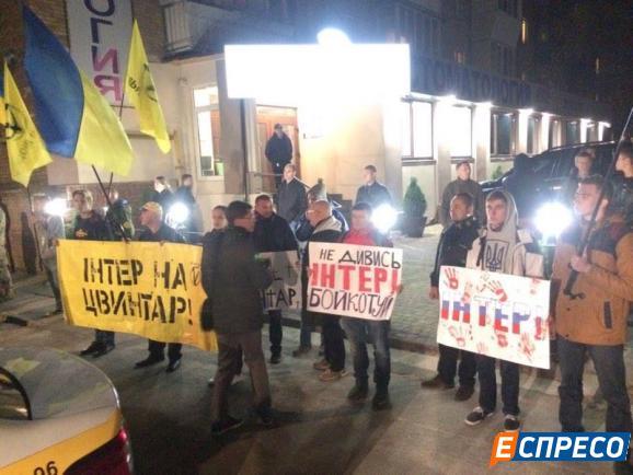"""Активісти влаштували коридор ганьби політикам, які беруть участь у ефірах """"Інтера"""" - фото 2"""