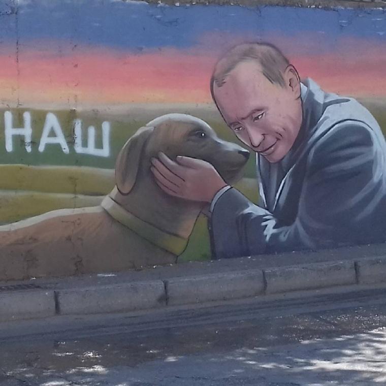 """До приїзду Путіна в Криму розмалювали стіни потворними портретами """"царя""""  - фото 1"""