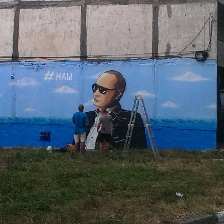 """До приїзду Путіна в Криму розмалювали стіни потворними портретами """"царя""""  - фото 2"""