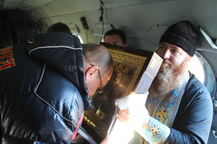 Священик на вертольоті освятив окупований Сімферополь - фото 1