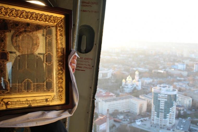 Священик на вертольоті освятив окупований Сімферополь - фото 2