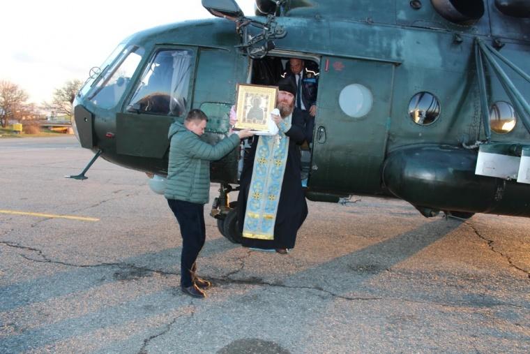 Священик на вертольоті освятив окупований Сімферополь - фото 3