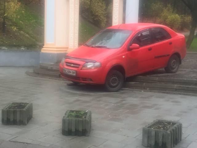 У Львові водій автомобіля сам себе покарав за проїзд парком - фото 1