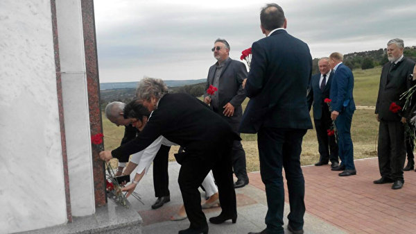 Парламентарі з Італії висадилися в Криму, щоб побачити трагедію (ФОТО) - фото 1
