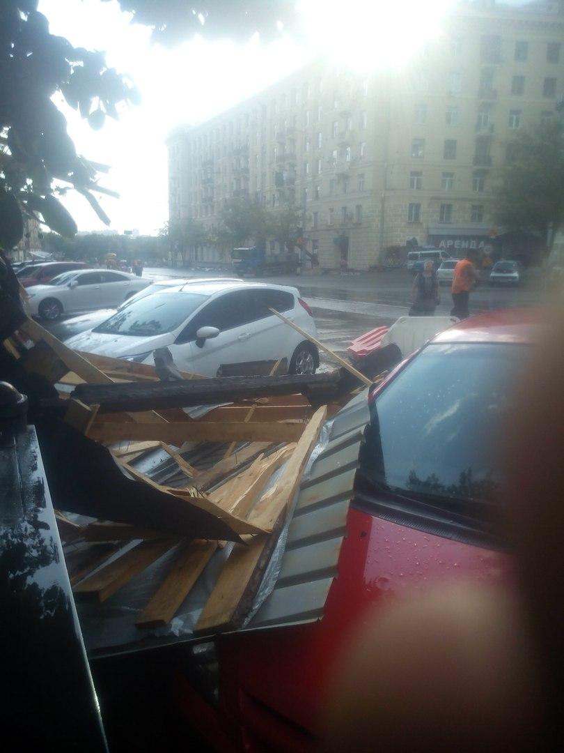 У Харкові потужний вітер зламав залізний бігборд  - фото 3