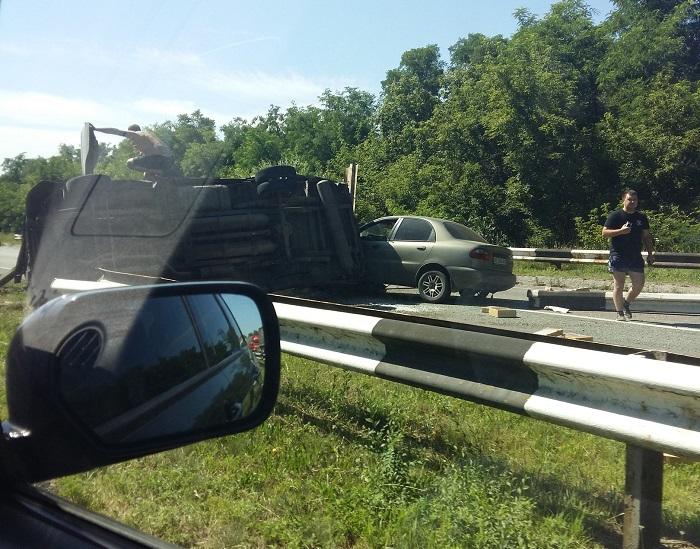 На дніпровській трасі від зіткнення перевернулася вантажівка - фото 1