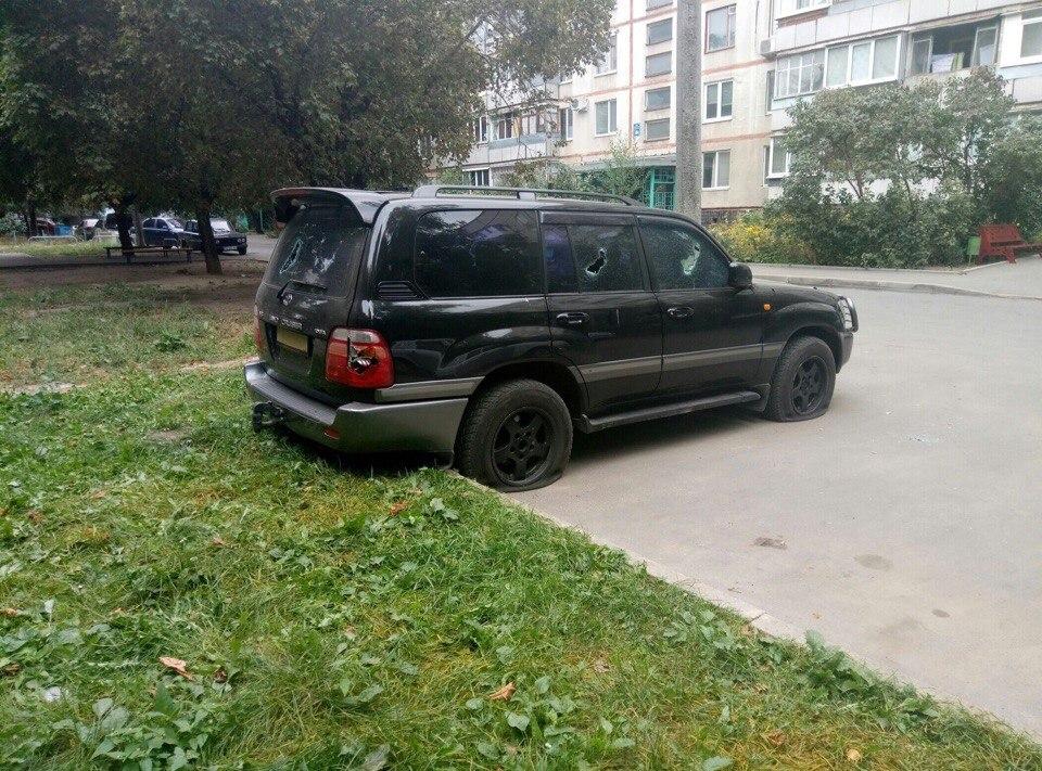 У Харкові невідомі пошкодили дорогий позашляховик - фото 2