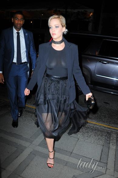 Дженніфер Лоуренс засвітила груди перед журналістами - фото 1