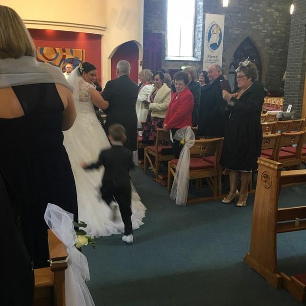 4-річний хлопчик пірнув у сукню нареченої, бо думав, що то хмарина - фото 2
