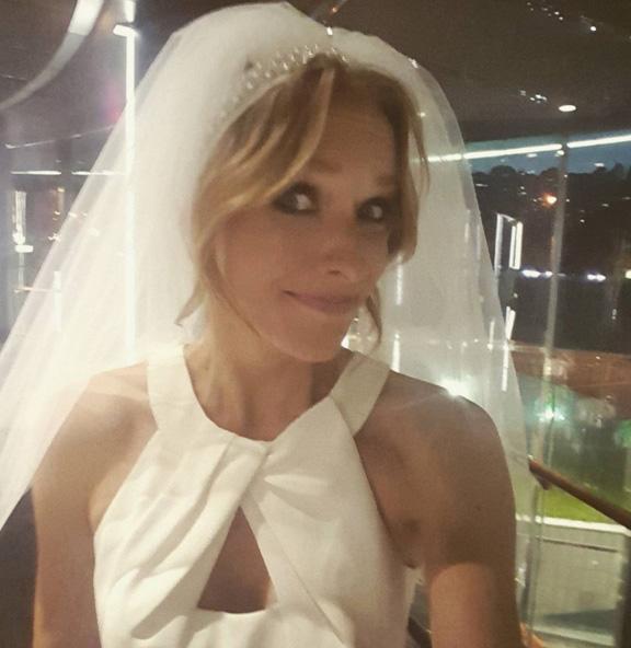 Осадча засвітилась у весільній сукні - фото 1