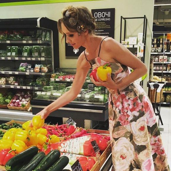 Ночами Осадча дивує покупців у магазинах - фото 1