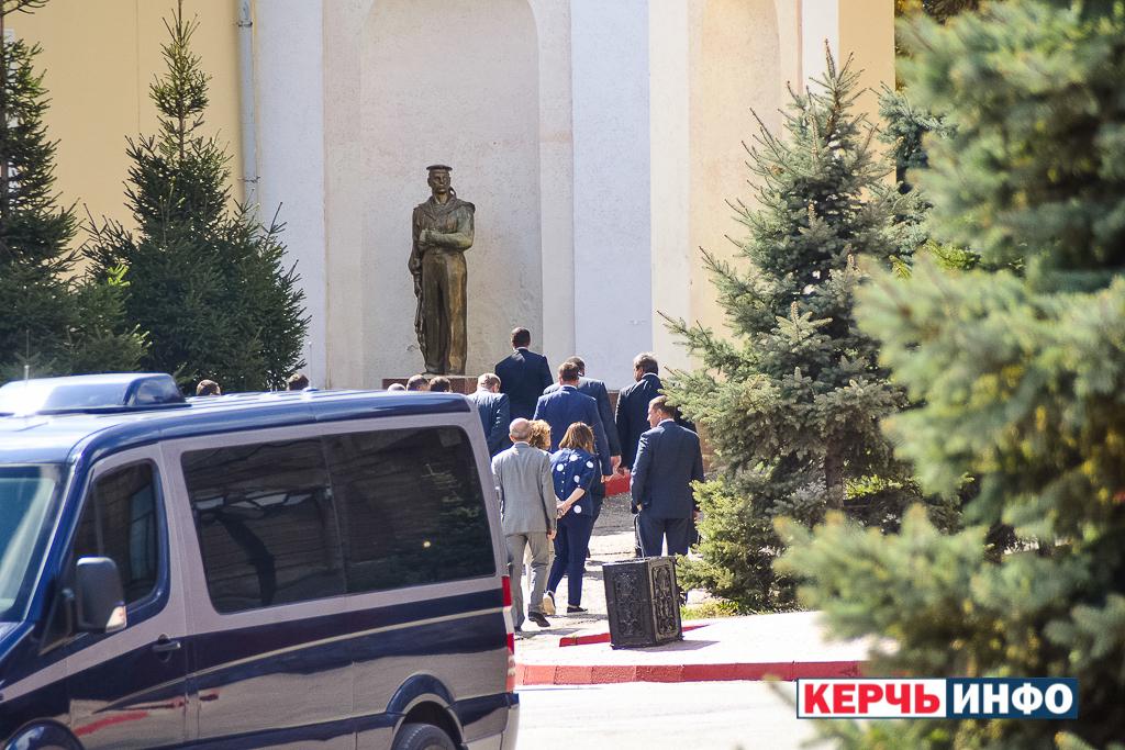 """""""Люди в чорному"""" не дали мешканцям Керчі навіть подивитись на Путіна - фото 4"""