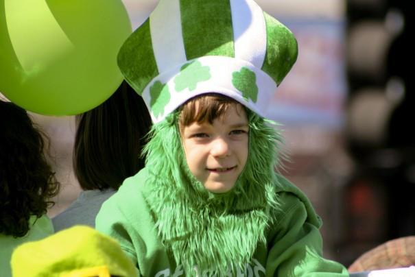 Діти-леприкони, зелений пес і смарагдова річка: ТОП-12 приколів до Дня Святого Патріка - фото 6