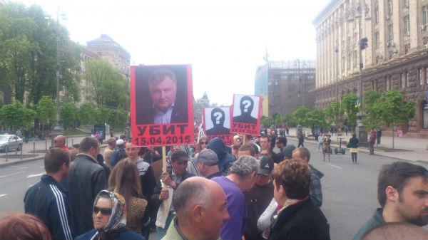 """На Хрещатику """"на честь"""" річниці трагедії в Одесі носили портрети  Бузини, Калашникова і Кенеді (ФОТО) - фото 1"""