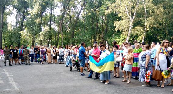 Як в Авдіївці з українськими прапорами святкували річницю свободи від сепаратистів - фото 3