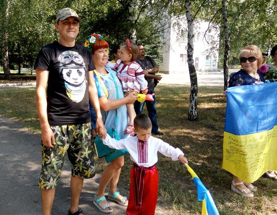 Як в Авдіївці з українськими прапорами святкували річницю свободи від сепаратистів - фото 2