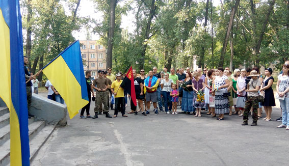 Як в Авдіївці з українськими прапорами святкували річницю свободи від сепаратистів - фото 1