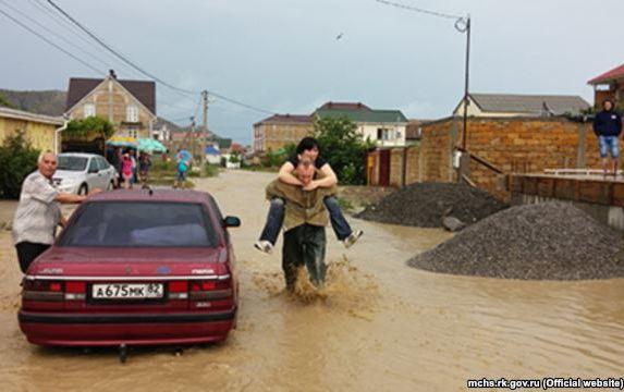 У Судаку потік бруду заблокував автомобільний рух - фото 1